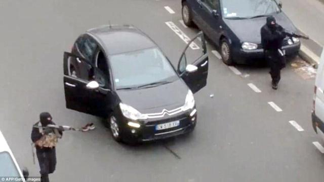 """Καρέ από ερασιτεχνικό video που αιχμαλωτίζει τους δολοφόνους μετά ακριβώς την """"σφαγή"""" στην γαλλική σατυρική εφημερίδα Charlie Hebdo, την ώρα που σήκωσαν τα όπλα στοχεύοντας στους αστυνομικούς."""