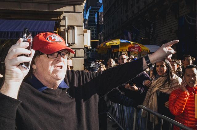 """Ο Michael Moore στην διαδήλωση """"march against Trump"""" στην Νέα Υόρκη."""