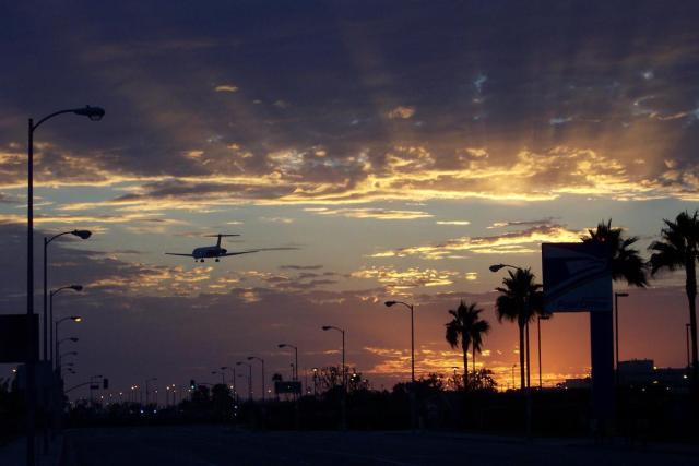 Los_Angeles_Flugzeug_bei_Sonnenuntergang