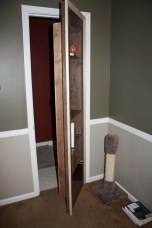 Lo pintaron con el mismo color de la puerta.