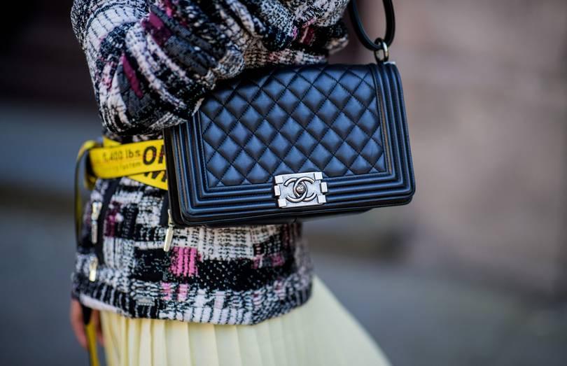 """61c1bd123c Αυτό το επαναστατικό """"μέλος"""" της Chanel έγινε από τότε σύμβολο της  ανδρογενούς κληρονομιάς της. Είναι γεγονός πως κάθε εποχή βλέπουμε την """" Chanel Boy"""" να ..."""
