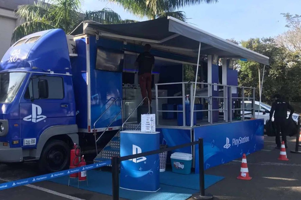 PlayStation na Estrada estaciona na Mercadoteca