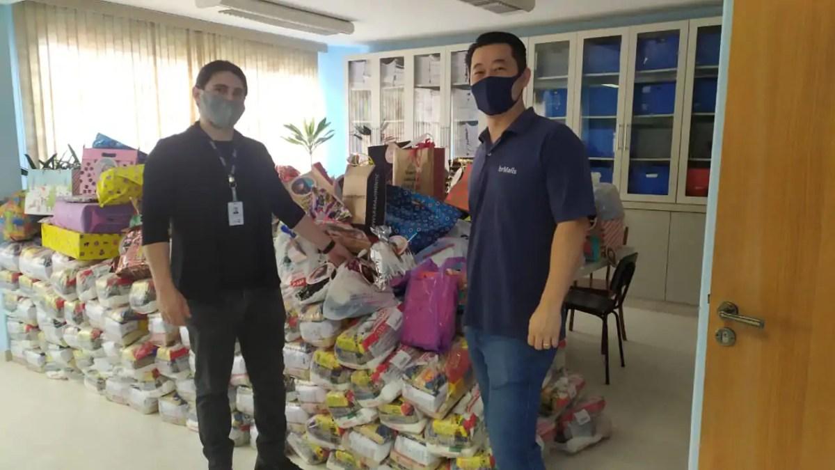 Shopping entrega cestas básicas, ração e roupas a ONGs