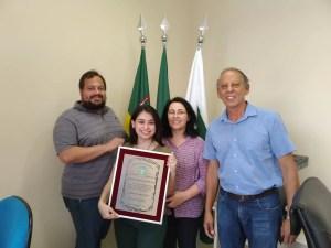 Jovem Cecília Leal, escritora e praticante de artes marciais recebe homenagem