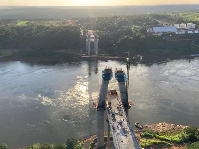 Quase metade da segunda ponte, obra financiada pela usina de Itaipu, está concluída
