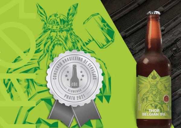 Cerveja Thorr Belgian IPA da OL Beer-montagem conceitual com a medalha de prata do Concurso Brasileiro de Cervejas