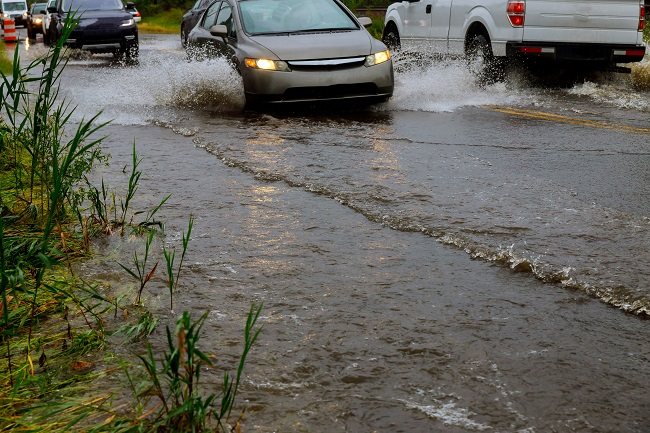 Enchentes nas ruas? Seu óleo usado pode ser o culpado