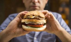 Consumo excessivo de fast food agrava sintomas de refluxo