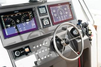 Pode ser equipado com modernos sistemas de navegação com opcional de joystyck e a âncora eletrônica que opera via satélite skyhook.