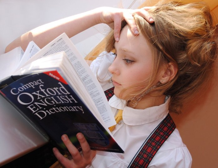 Menina estudando inglês