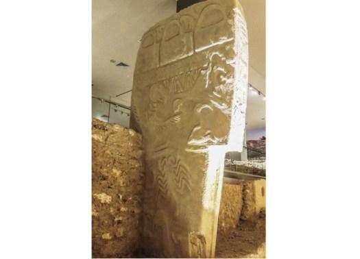 Колонна «Камень стервятника», повествующая о катаклизме. © Alistari Coombs
