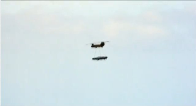 Un hélicoptère transportant un ovni?