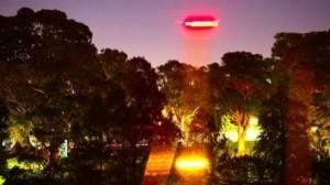 Russell Crowe film un ovni en Australie
