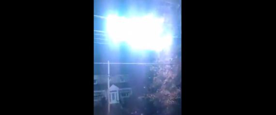 Une boule de feu sur une ligne électrique est filmée à Montréal