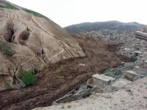 Un glissement de terrain géant provoque la mort de milliers de personnes