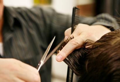 Il est déçu par sa coupe, le coiffeur le poignarde