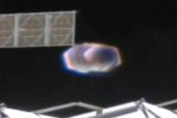 La NASA fait un zoom sur un OVNI aux abords de la station spatiale!