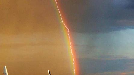 Un avion frappé par la foudre devant un arc-en-ciel!
