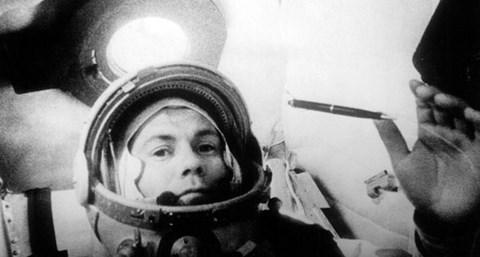 Popovich fait flotté un stylo pour démontrer des lois de l'apesanteur à bord du Vostok-4.