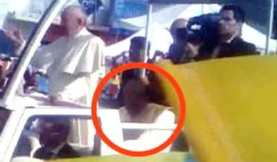Un extraterrestre protège le Pape alors qu'il arrive à Mexico