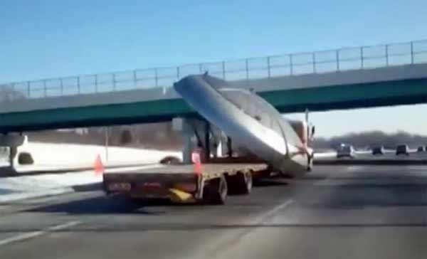 Un OVNI chargé sur un Camion transporté sur l'autoroute