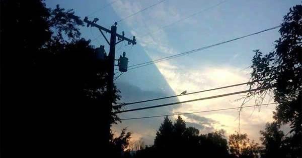 Vidéo: Ce n'est pas Normal ! Le Ciel Bloqué par quelque chose de Gigantesque