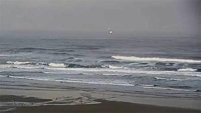 Vidéo: 2 OVNIs repérés et filmés près de Newport au-dessus de l'océan