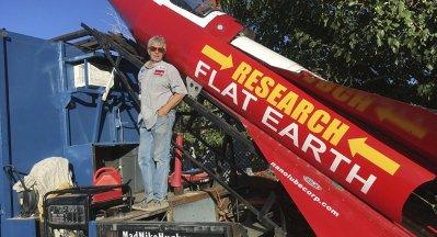 Vidéos: Il monte à bord d'une fusée artisanale pour prouver que la Terre est plate