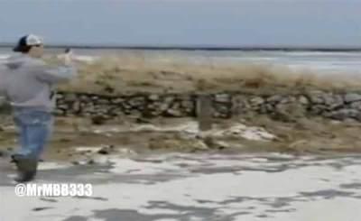 """Vidéo: """"Regardez cette eau !"""" Des badauds n'en reviennent pas que le Lac Michigan est en train de disparaître !"""