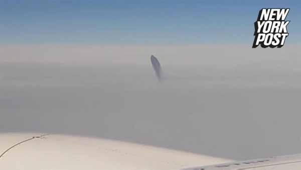 Vidéo: Un étrange OVNI repéré à bord d'un long courrier