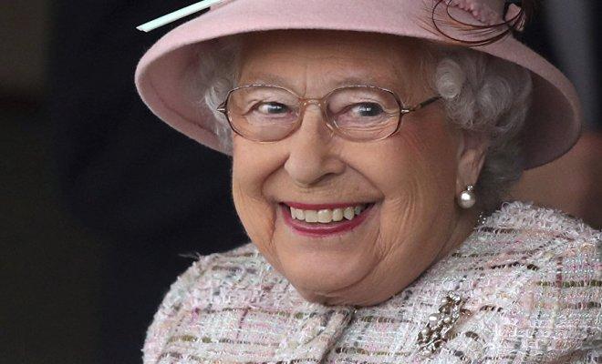 Vidéos: Les vacances d'Élisabeth II commencent par un poney qui a déféqué sous ses pieds