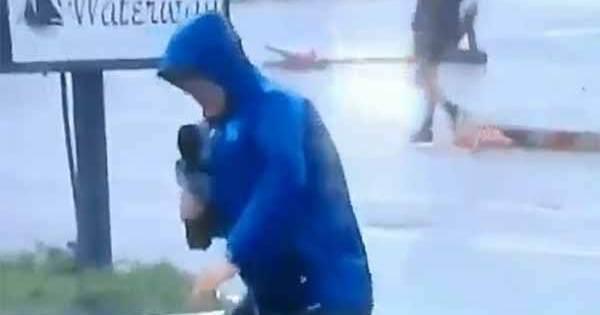 Regardez ce journaliste faire semblant de lutter contre l'Ouragan Florence