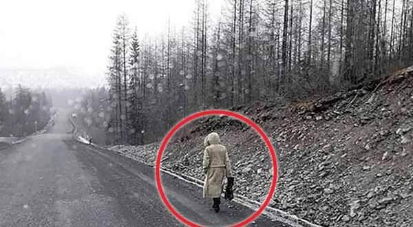 """La """"Dame Rouge"""", une femme fantôme errante repérée sur plusieurs routes isolées en Russie"""