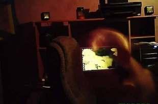 Un fantôme photographié assis sur une chaise