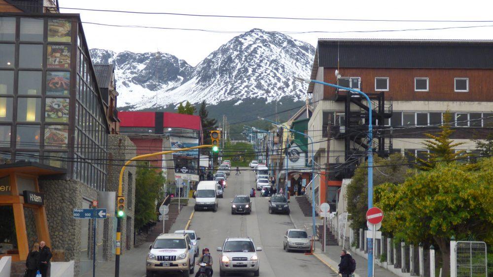 Ushuaia e suas diversas montanhas com o pico nevado