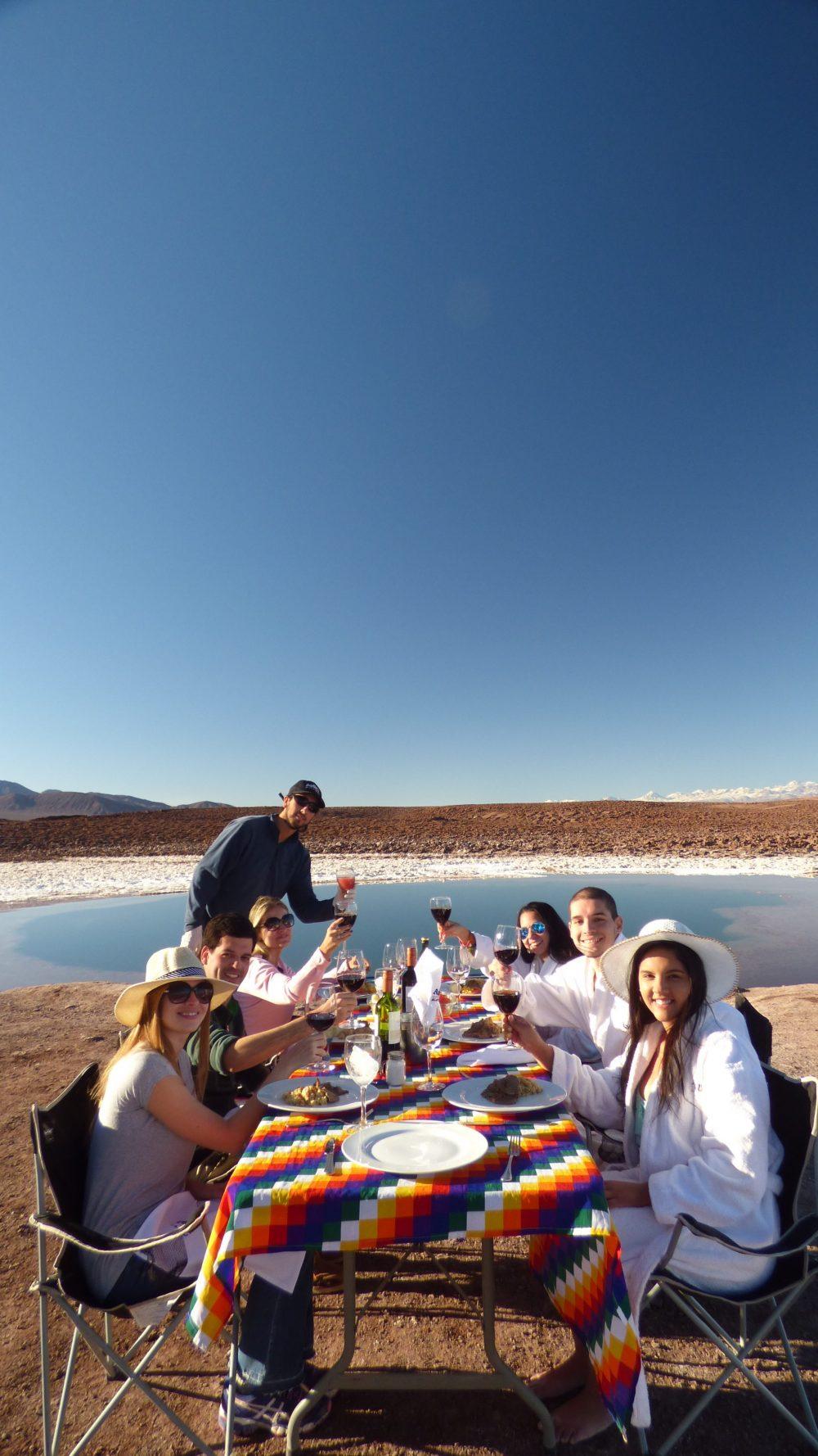 Almoço com vista para uma das Lagunas Escondidas de Baltinache — um dos mimos da Ayllu