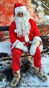 Joulupukki oli itseoikeutetusti joulukadun avajaisten päähenkilö.