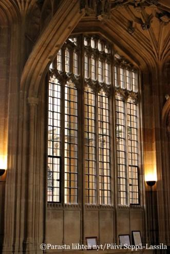 Bodleian kirjaston luentosalin ikkunoita.
