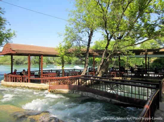 Kahvila tarjosi näköalapaikan kuohuvalle joelle.