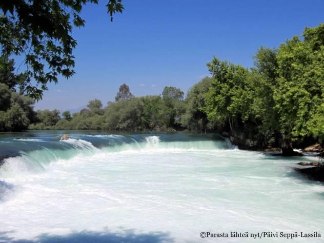 Veden voima ja virtaus oli valtava. Ei tehnyt mieli mennä uimaan, vaikka lämmin päivä olikin.