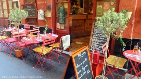 Ravintolan terassi Nizzan vanhassa kaupungissa.