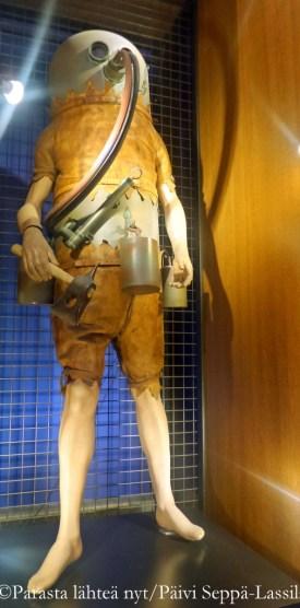 Sukelluspuku yläkerran näyttelysä.