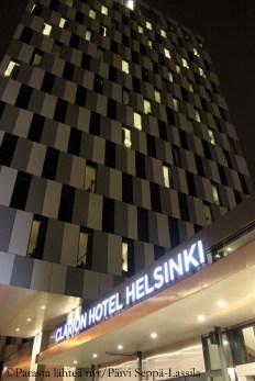 Hotellin julkisivu muodostuu komposiittialumiinilevyistä.