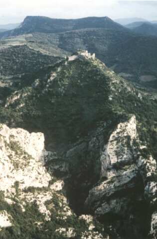 general view of the Termenet passes and the castle from the rock of la Frau. Photo. : Franc Bardou, 1993