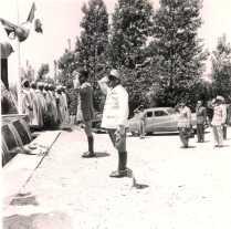 La visite du général Juin - Le dépôt de gerbe au Monument aux Morts de Sarif. De gauche à droite :1e : groupe de goumiers ?2e : général Alphonse Juin, résident général de France au Maroc (de profil). 3e : commandant Jean Rousseau, chef du cercle d'El Ksiba (en blanc).