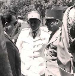 La visite du général Juin - Discussion De gauche à droite : 2e : commandant Jean Rousseau, chef du cercle d'El Ksiba (en blanc). 3e : général Alphonse Juin, résident général de France au Maroc (de profil).