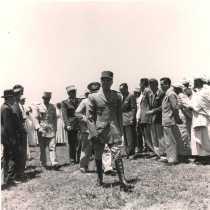 La visite du général Juin - Fin de la discussion De gauche à droite : 1e : Monsieur Lessié, directeur de la sécurité du protectorat (en noir avec un chapeau) Au centre : général Alphonse Juin, résident général de France au Maroc.