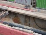 Installation dans le trou creusé devant l'immeuble de tuyaux...