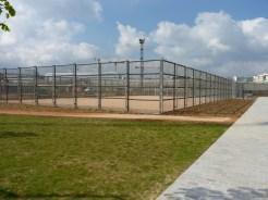 Terrains de sports collectifs provisoirement placés ici, le temps que les travaux de la Ligne 14 soient achevés.