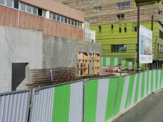 A gauche, la future porte d'entrée du local poussettes/vélos isolé du bâtiment. A droite la future porte d'entrée du bâtiment C.